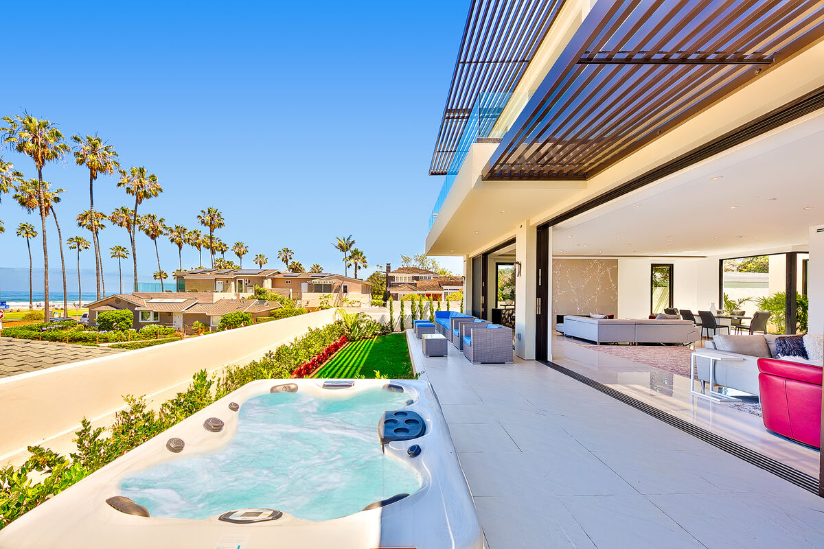 Luxe at La Jolla Shores open air patio that looks out over the La Jolla shore